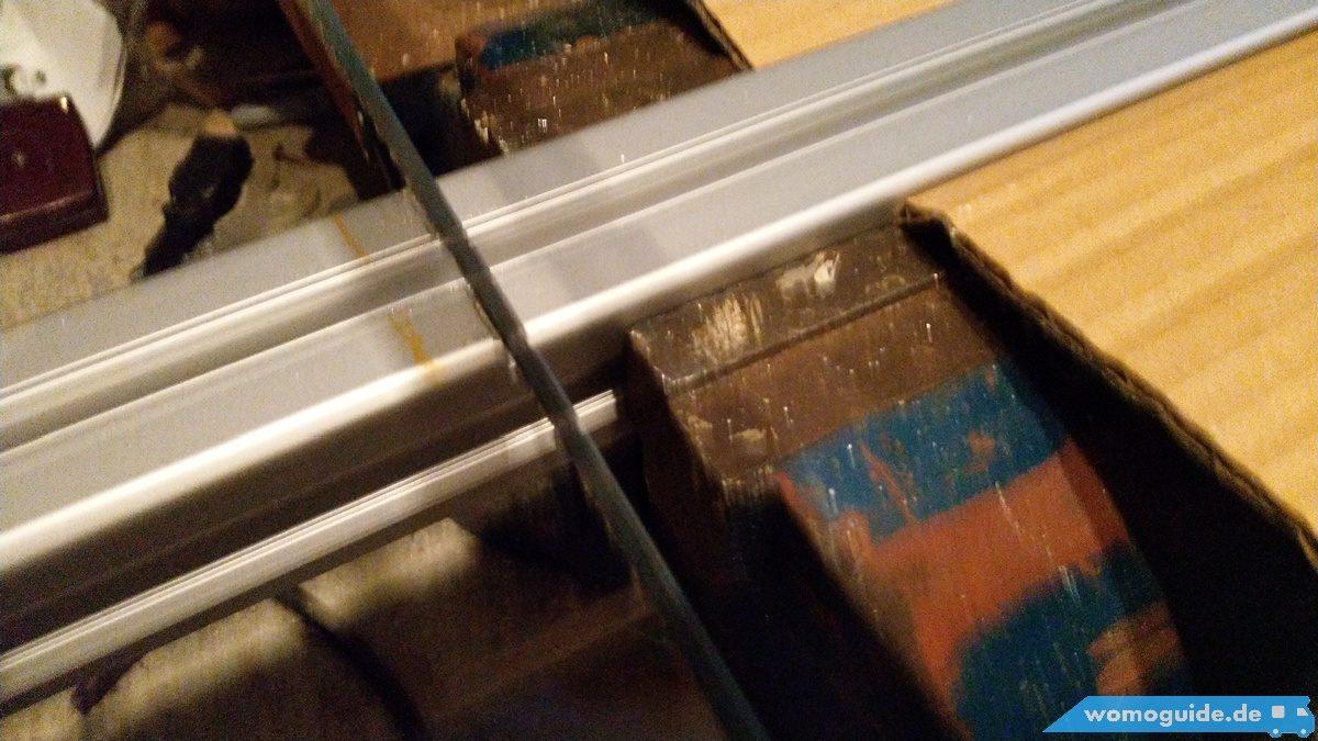 Aluprofile zurechtschneiden für die Solarmontage am Dach des Wohnmobils