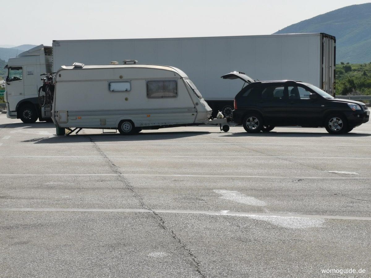 Wohnwagen-Gespann übernachtet auf Autobahnraststätte