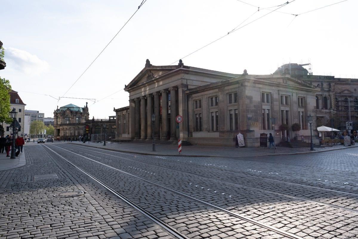 Straßenbahnschienen vor dem Café Schinkelwache, Dresden