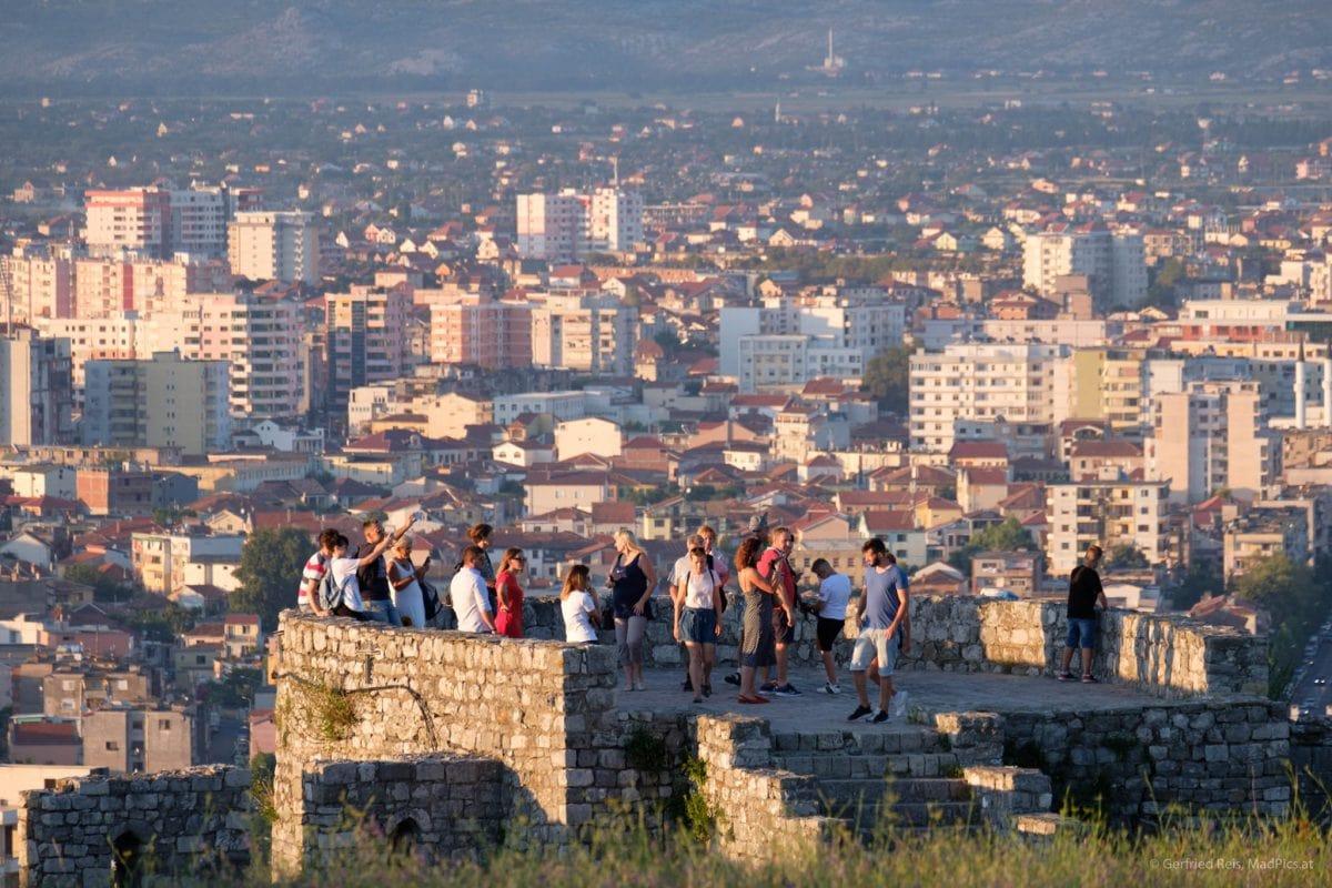 Touristen auf Burg Shkodra mit der Stadt im Hintergrund