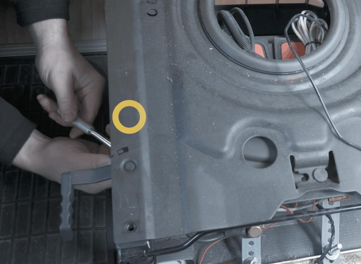 Ducato-Vordersitz: Schraube von unten