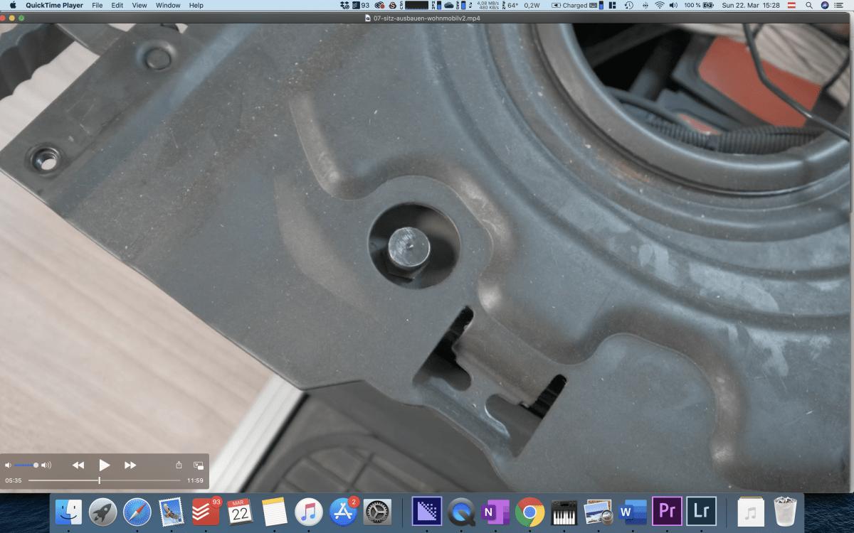 Letzte Schraube an der Drehkonsole im Fiat Ducato