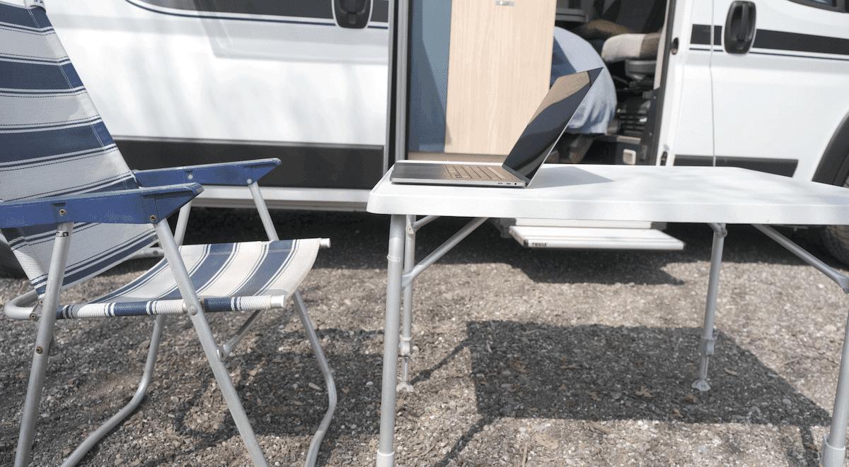 Laptop auf Camping-Möbeln